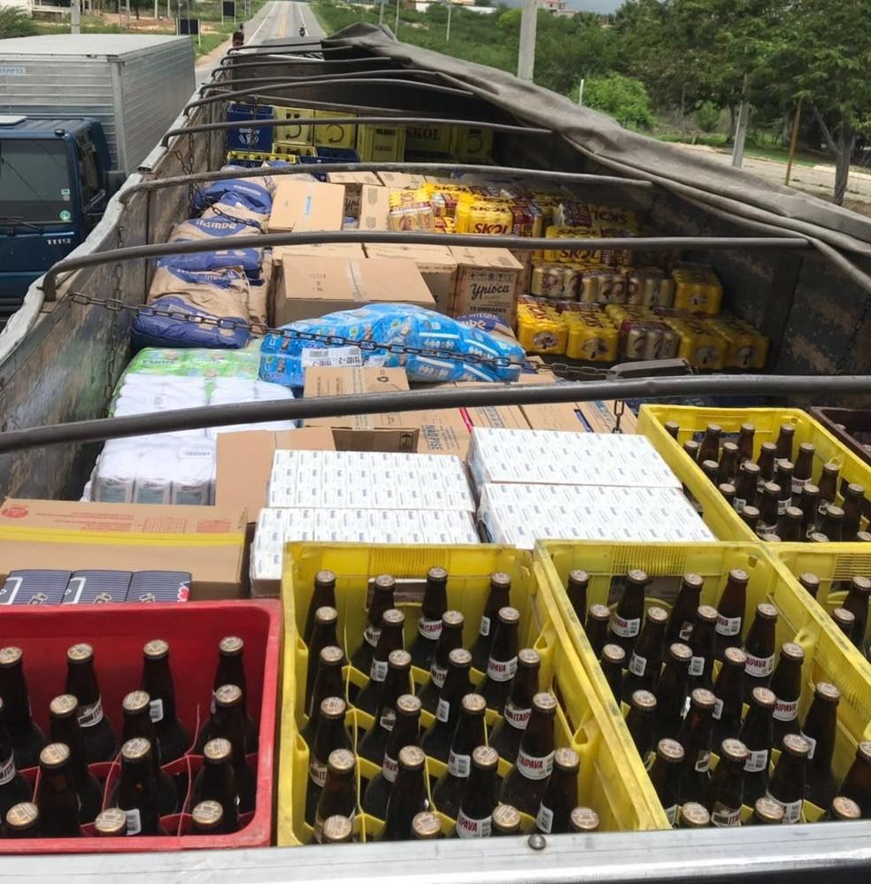 Bebidas estavam sendo transportadas sem nota fiscal.' (Foto: PRF/Divulgação)