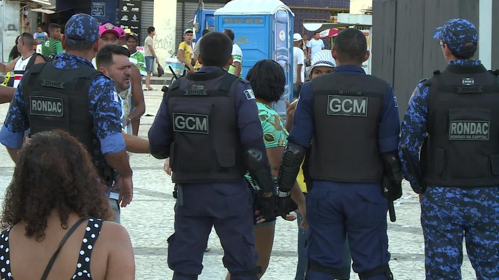 Guarda Municipal teve que intervir em princípio de tumulto após anúncio de escola de samba vencedora, no Recife  — Foto: Reprodução/TV Globo