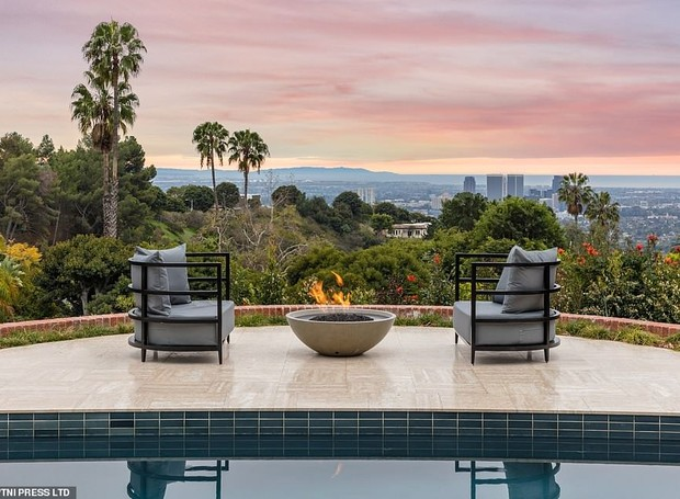 No terraço, pode-se assistir o pôr do sol de Los Angeles (Foto: MLS/ Reprodução)