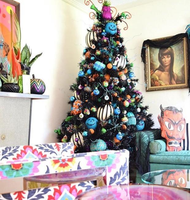 Nem só de cores escuras e fechadas vive o Halloween. Adapte as nuances da árvore de acordo com a decoração da sua casa (Foto: Parley For The Oceans e MOCA/ Reprodução)