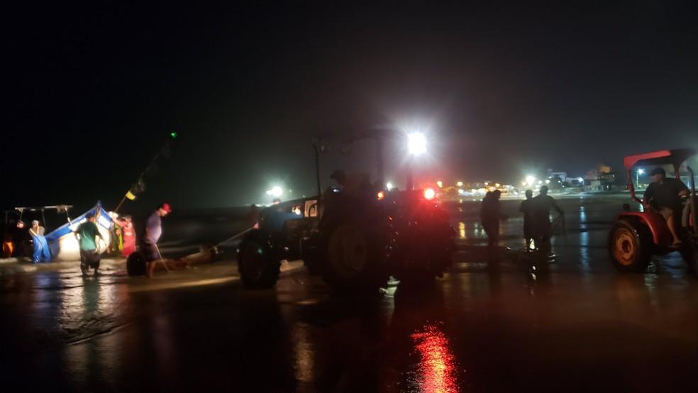 Foram necessários dois tratores para puxar as embarcações do mar — Foto: Arquivo pessoal/Almir Alves