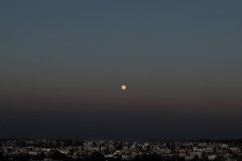 Superlua rosa é vista no céu de Nicosia, no Chipre, em 26 de abril de 2021 — Foto: Petros Karadjias/AP