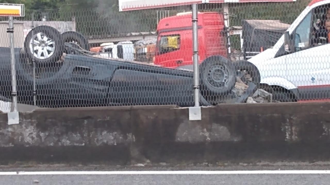 Homem fica ferido depois de carro capotar na Via Dutra, em Itatiaia - Notícias - Plantão Diário