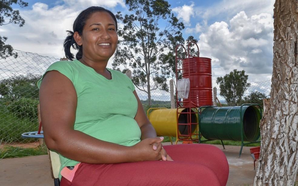 Francisca Barbosa da Silva coordena associação que ajuda 400 famílias que moram proximo a aterro sanitário de Aparecida de Goiânia — Foto: Vitor Santana/G1