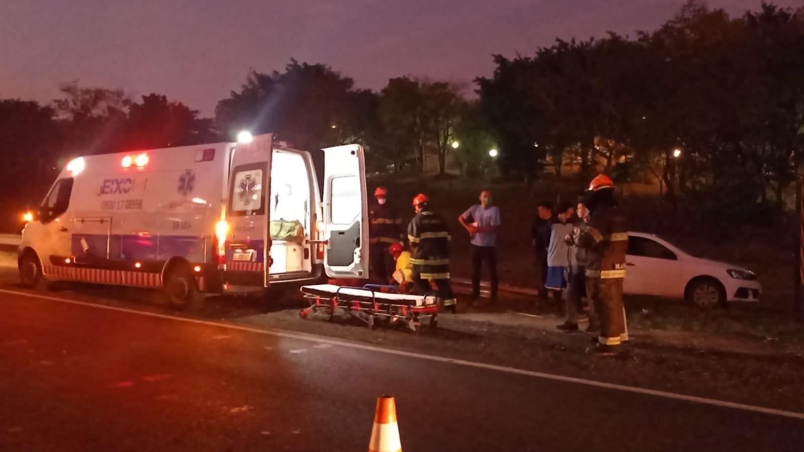 Carro bate em barra de proteção na Rodovia Hermínio Petrin e duas pessoas ficam feridas