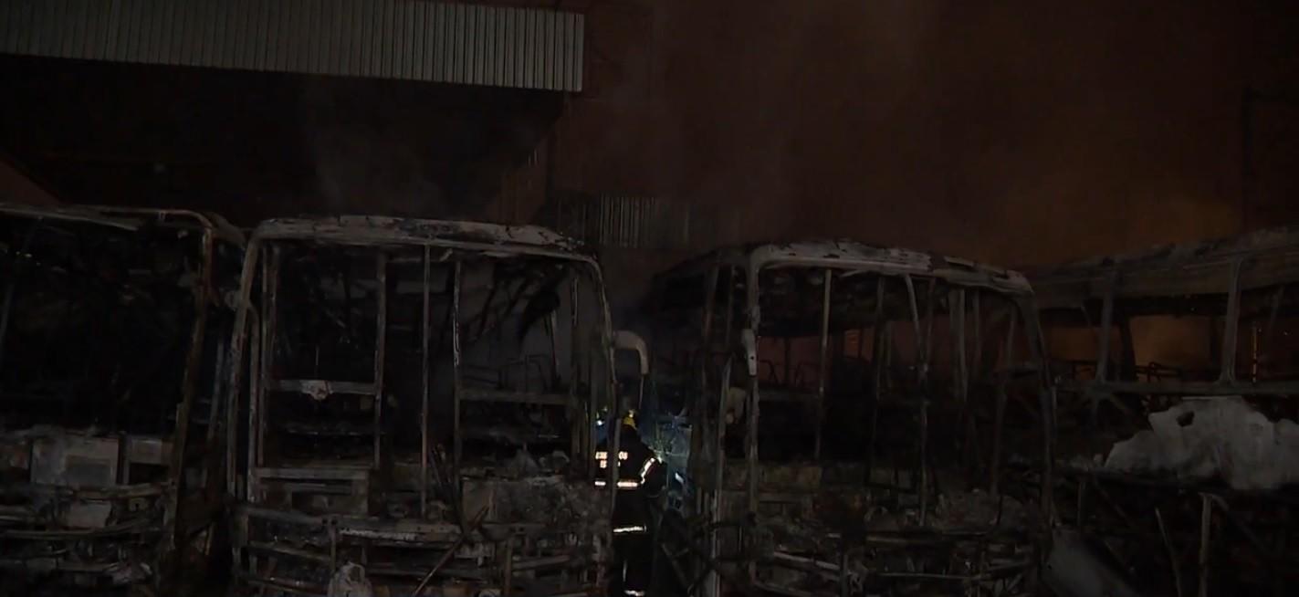 Incêndio atinge empresa e destrói sete ônibus em Canoas