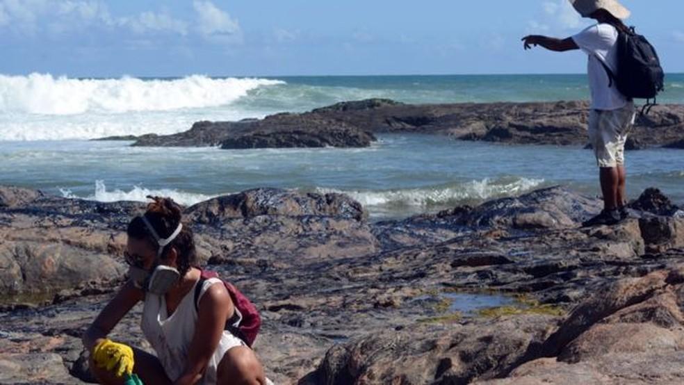 'É importante mobilizar as pessoas porque quanto mais gente, mais rápido tira o óleo', diz Pâmela Secoon — Foto: Victor Uchôa/BBC News Brasil