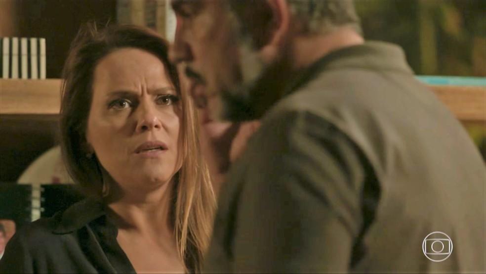 Lili (Vivianne Pasmanter) se desespera com o roubo do cofre — Foto: TV Globo