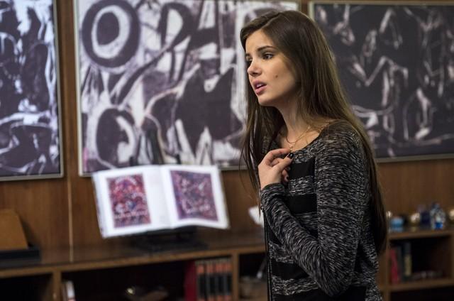 Camila Queiroz em cena de 'Verdades secretas' como Angel