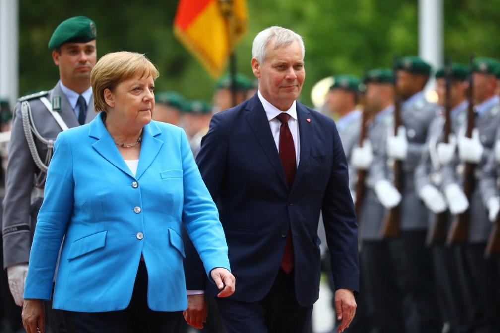A chanceler alemã, Angela Merkel, recebeu o primeiro-ministro finlandês, Anti Rinne, nesta quarta-feira (10) em Berlim. — Foto: Hannibal Hanschke/Reuters