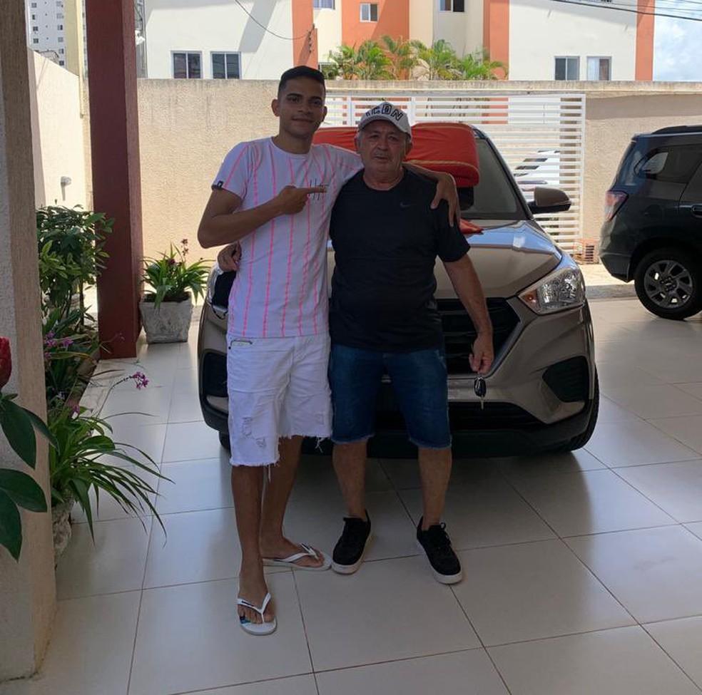 Bruno Rodrigues surpreendeu João Batista Quebra Osso com um carro 0Km — Foto: Divulgação