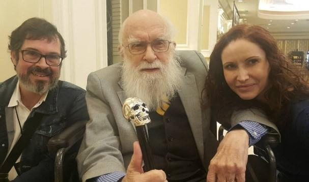 Carlos Orsi e Natalia Pasternak, respectivamente diretor e presidente do Instituto Questão de Ciência (IGC), ao lado do cético canadense James Randi, conhecido por contestar a pseudociência
