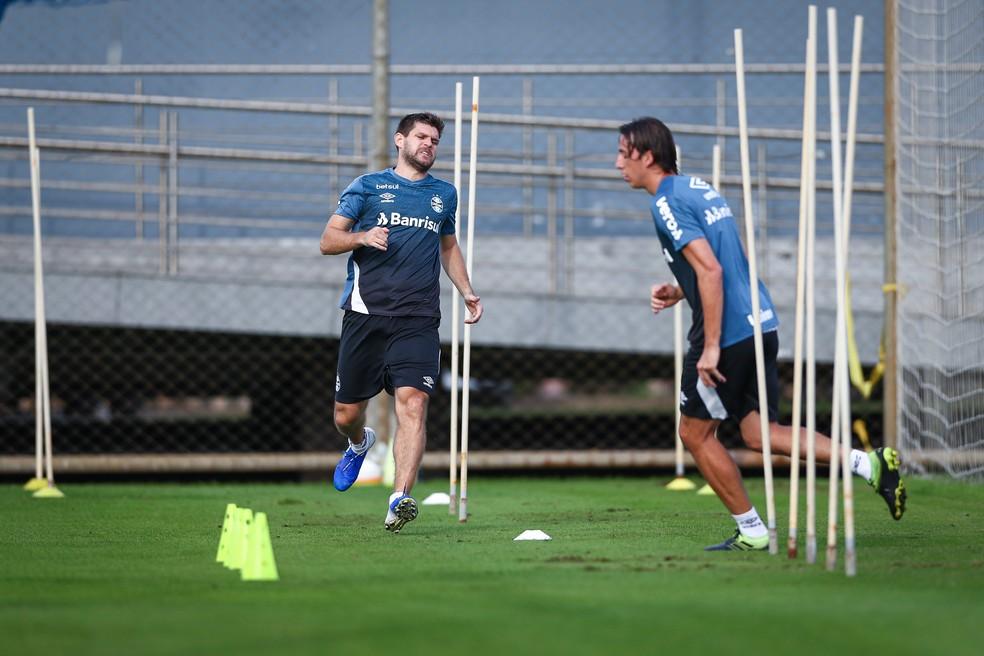Kannemann e Geromel em treino físico do Grêmio — Foto: Lucas Uebel/Grêmio
