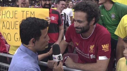 """""""Salah"""" torcedor do Fluminense, """"aquecimento"""" do Gabigol... Torcida brilha em Brasil x Nigéria"""
