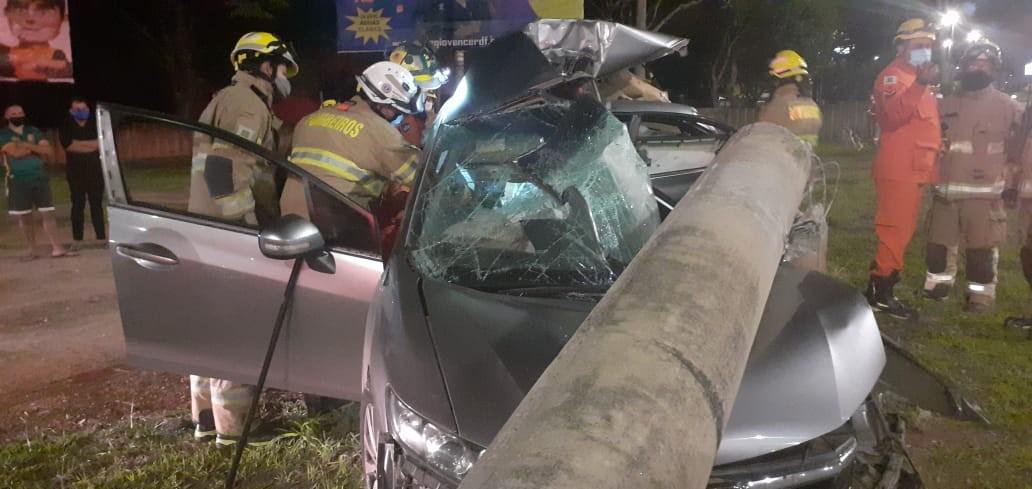 Colisão de carro em poste deixa dois homens mortos no DF