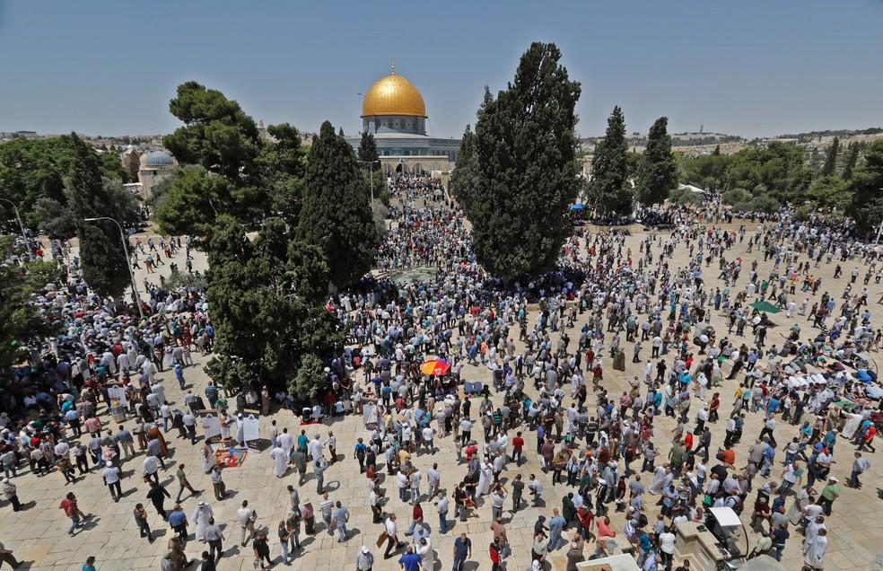 Palestinos rezam no complexo da mesquita Al-Aqsa, em Jerusalém, na primeira sexta-feira do mês sagrado do Ramadan (Foto: Ahmad Gharabli/AFP)