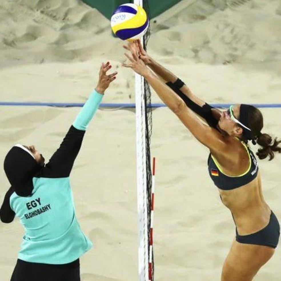 Partida entre a egípcia Doaa Elghobashy e a alemã Kira Walkenhorst na Olimpíada de 2016 gerou mais comentários sobre as vestimentas das atletas do que sobre o jogo em si — Foto: Reuters