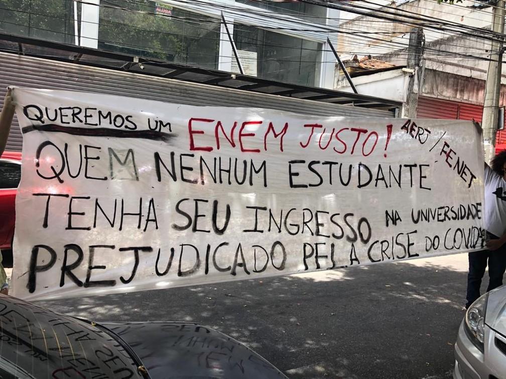 24 de janeiro - Enem 2020: Representantes da União dos Estudantes de Duque de Caxias levaram para uma das entradas da Unigranrio um cartaz pedindo condições iguais no concurso para alunos da rede pública e privada — Foto: Cristina Boeckel/G1