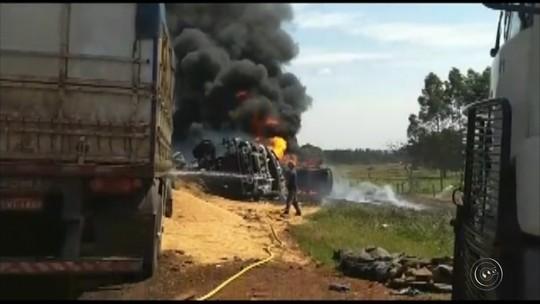Carreta e caminhão-tanque batem de frente e veículos explodem em Bastos