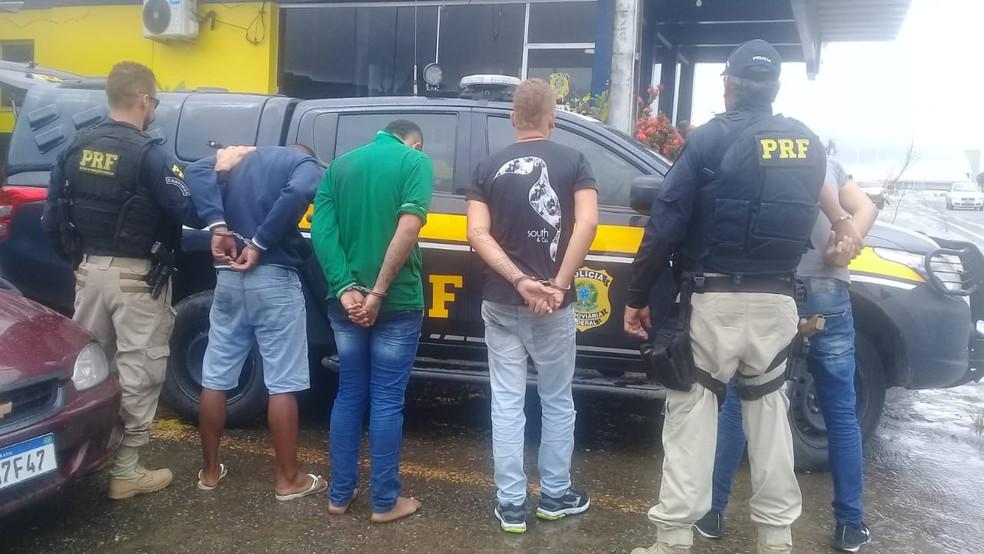 Quatro são presos na BR-324 em tentativa de roubo a veículo de transportadora que levava celulares — Foto: Cid Vaz/TV Bahia