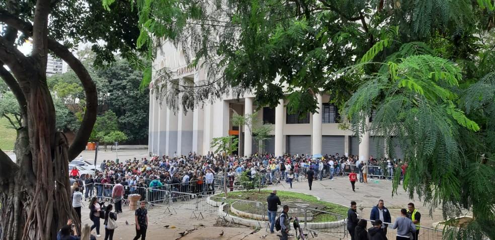 Fãs na fila do Estádio do Pacaembu para comprar ingressos do show de Sandy e Junior em São Paulo — Foto: Marília Neves/G1