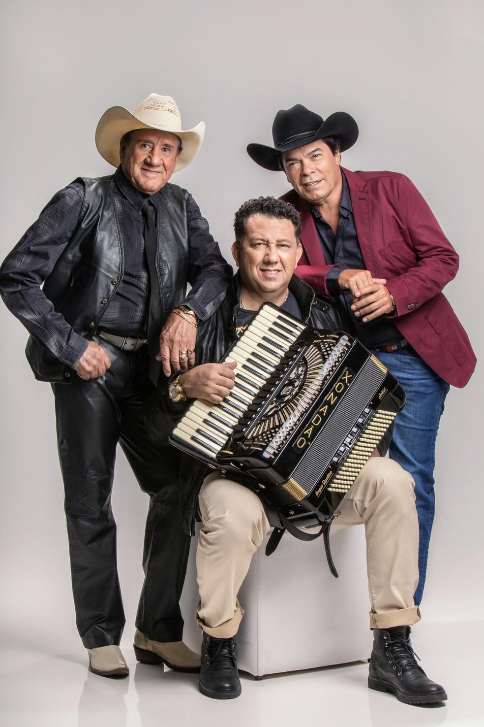 Trio Parada Dura posa com a última formação do grupo, composto por Creone (à esquerda), Parrerito e Xonadão (com a sanfona)  — Foto: Divulgação