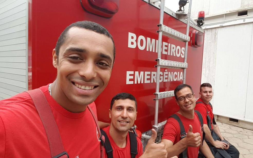 Equipe dos Bombeiros, da Policia Ambiental e veterinário participaram de resgate de onça em empresa de Itapecerica, na Grande São Paulo, nesta segunda (14) (Foto: Divulgação/Corpo de Bombeiros)