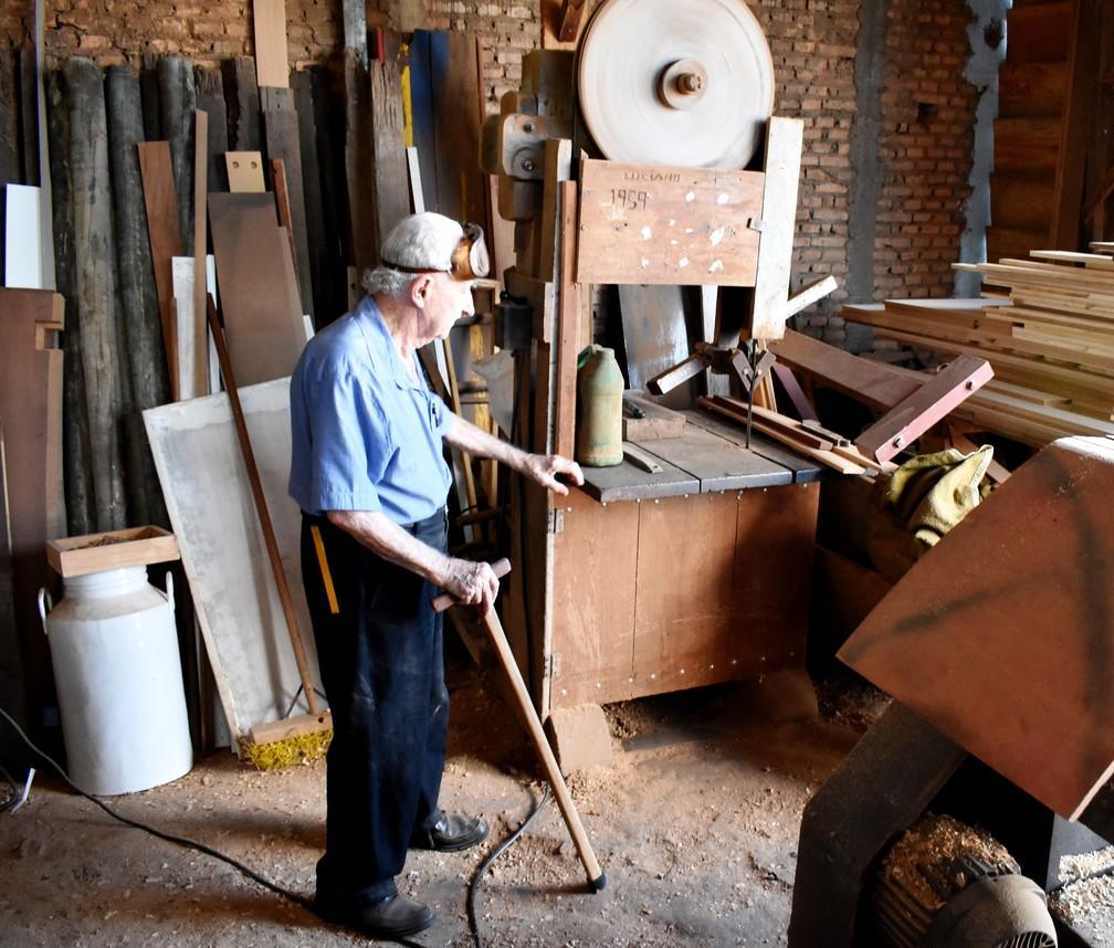 Carpinteiro de São Carlos mostra a máquina que conserva há 60 anos — Foto: Claudinei Junior/G1