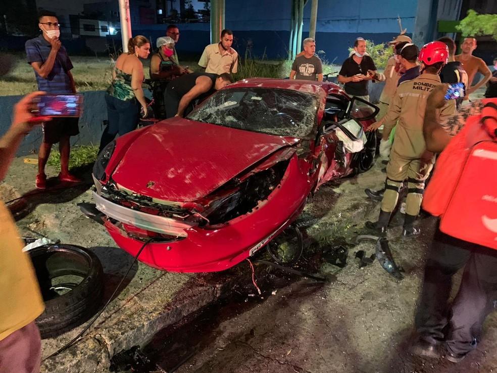 Motorista de Porsche se envolveu em acidente na Avenida Domingo Ferreira, na Zona Sul do Recife, na noite da sexta-feira (4) — Foto: Reprodução/WhatsApp