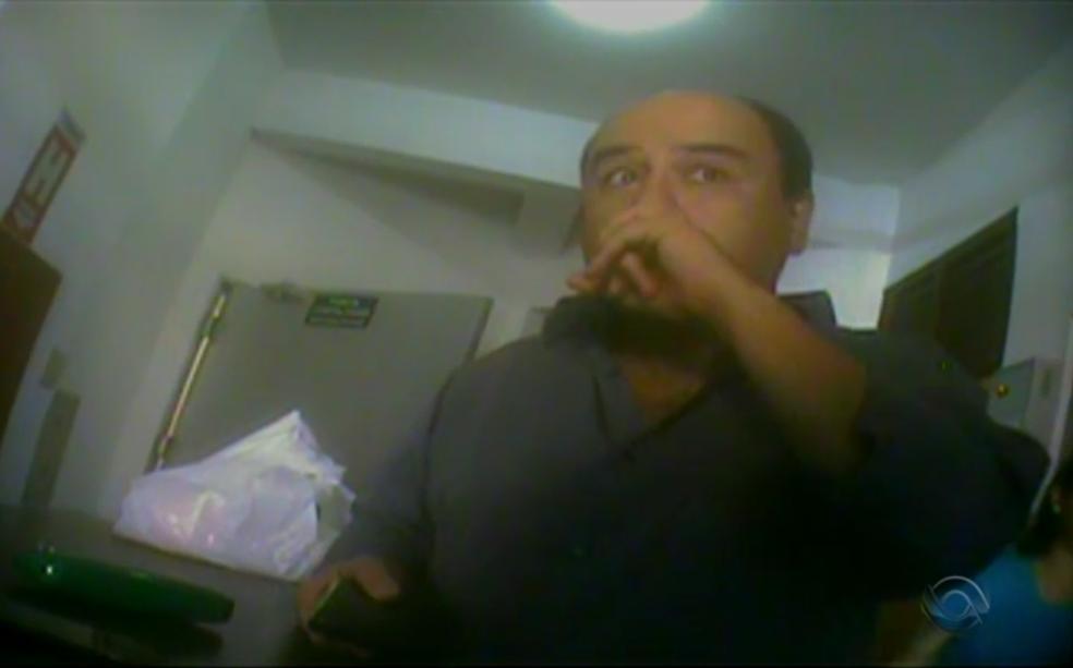 Servidor público, advogado foi flagrado fora do horário de expediente em Itaqui, no RS (Foto: Reprodução/RBS TV)