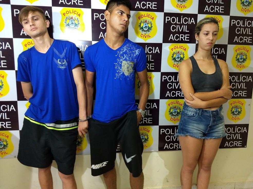 Karoline Souza e os dois rapazes foram presos por posse ilegal de arma, organização criminosa e corrupção de menores (Foto: Aline Nascimento/G1)