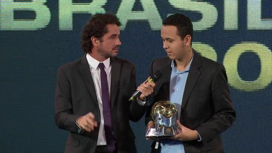 Henrykuinho recebe o prêmio de campeão do e-Brasileirão 2018