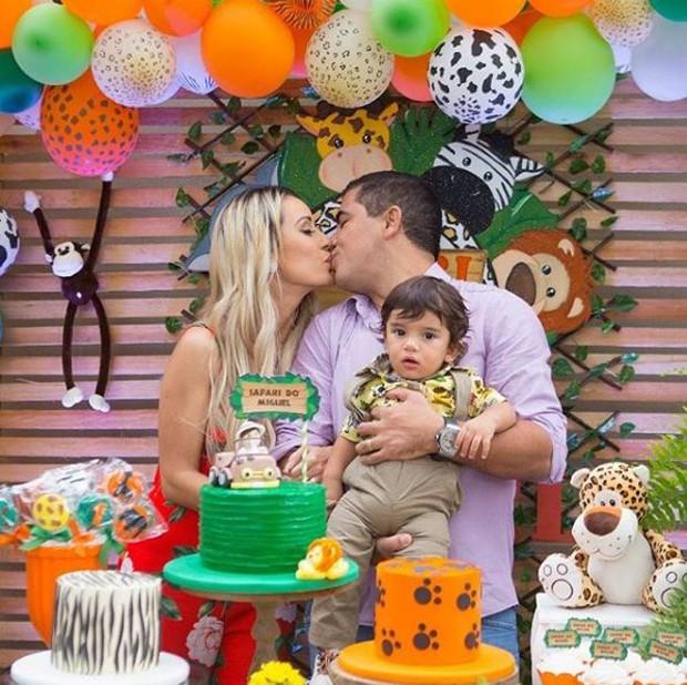 A ex-BBB Letícia Santiago com o marido, e o filho, Miguel (Foto: Reprodução/Instagram)