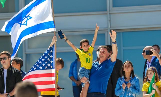 Presidente Jair Bolsonaro ao lado de bandeira de Israel