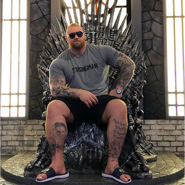 O ator Hafþór Júlíus Björnsson no trono da série Game of Thrones, na qual interpreta o personagem Montanha (Foto: Instagram)