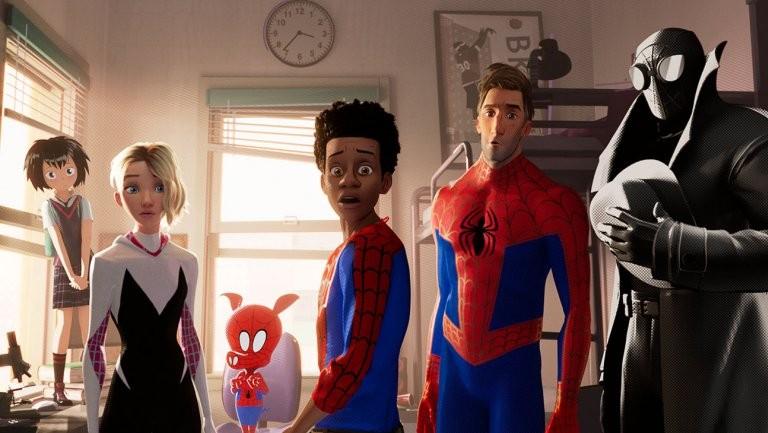 Miles Morales, ao centro, e as muitas versões de Homem-Aranha (Foto: Divulgação)