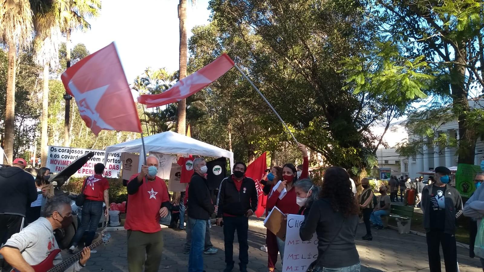 Ato contra o presidente Bolsonaro reúne manifestantes no centro de Nova Friburgo, RJ