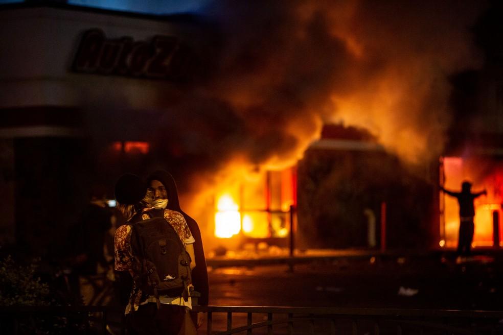 Incêndio na cidade de Minneapolis; moradores protestaram contra a morte de um homem negro sob custódia da polícia — Foto: Zach Boyden-Holmes/The Register/Via Reuters
