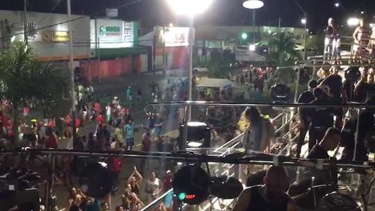 VÍDEO: Grávida de 6 meses, Claudia mostra barriga e público vibra após fim de desfile em micareta na BA