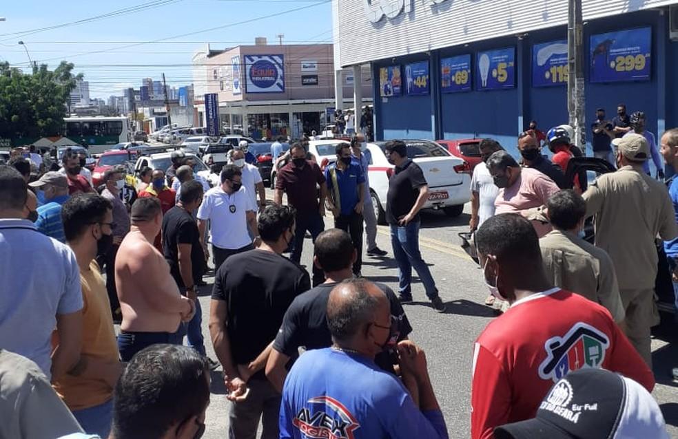 Homem atirou em mulher e foi baleado em seguida após discussão no meio da rua em Natal — Foto: Divulgação