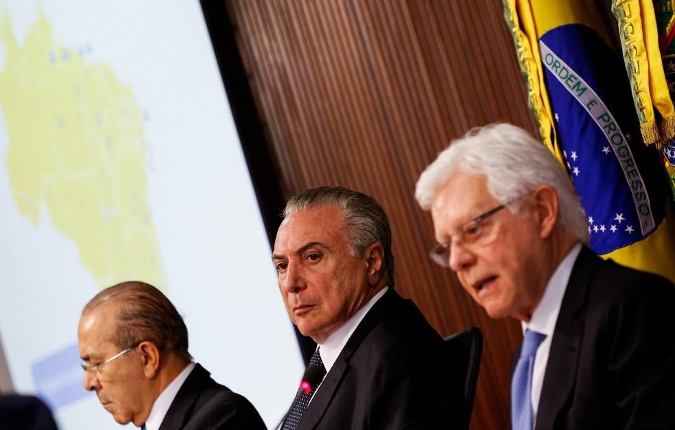 O presidente Michel Temer (centro), entre os ministros Eliseu Padilha (esq.) e Moreira Franco (dir.) (Foto: Marcos Corrêa/PR)