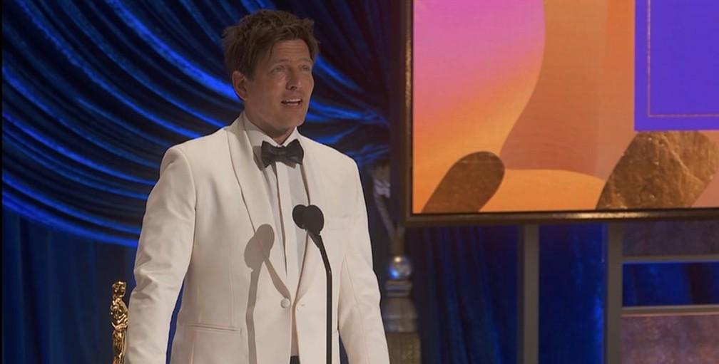 Thomas Vinterberg, diretor dinarmaquês, vence o Oscar de Melhor Filme Internacional com 'Druk' — Foto: Reprodução/Oscar