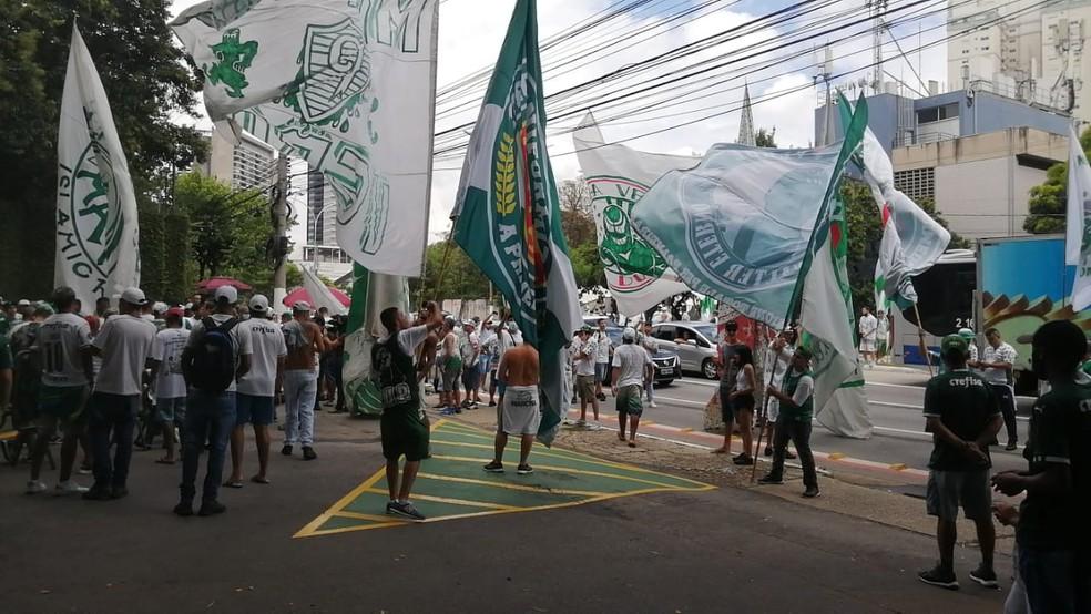 Torcedores do Palmeiras foram ao CT apoiar os jogadores — Foto: Denise Bastos