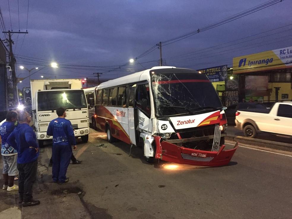 ônibus colidiu com traseira de caminhão, em Manaus — Foto: Leandro Guedes/Rede Amazônica