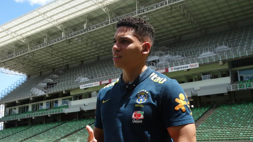 Paulinho é outro jogador da sub-20 que atua na Europa — Foto: Guilherme Frossard