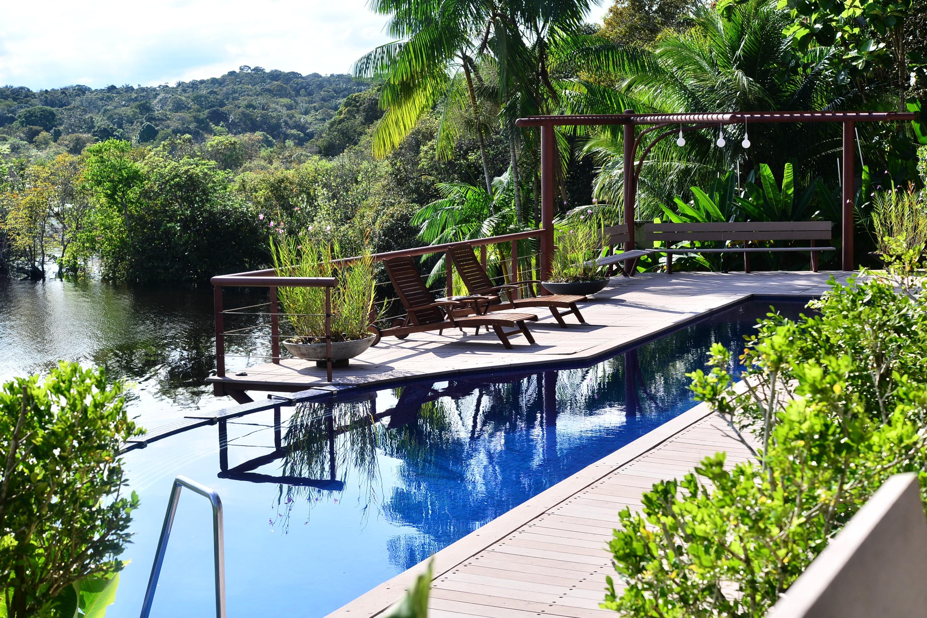 Vista da piscina, junto à natureza (Foto: Reprodução)