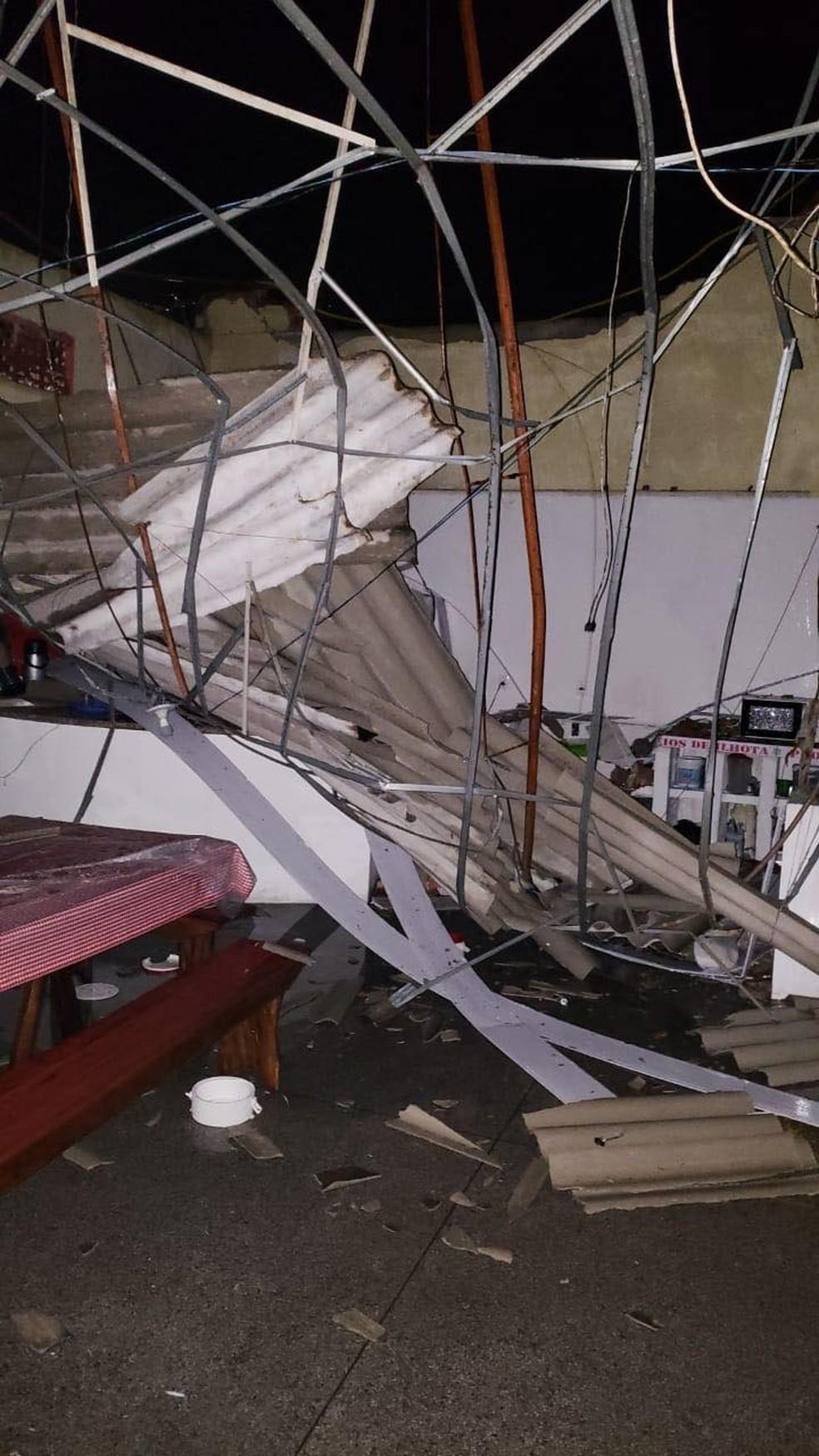 Sede do corpo de bombeiros voluntários de Ilhota foi atingida por temporal  — Foto: Bombeiros/Reprodução