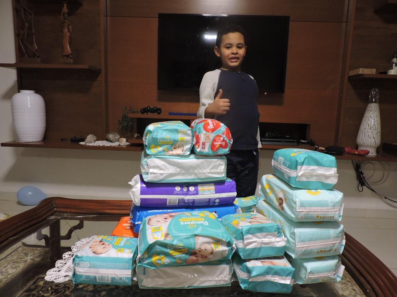 Menino faz 'pedágio' de aniversário e arrecada fraldas para maternidade de Lins