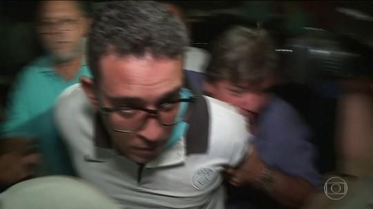 Homem suspeito de jogar soda cáustica no rosto da ex-mulher se apresenta à polícia e é preso