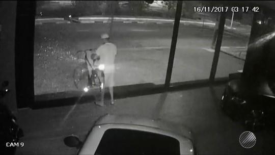 Homem quebra vidraça de loja para roubar bicicleta avaliada em R$ 5 mil na Bahia; vídeo mostra ação